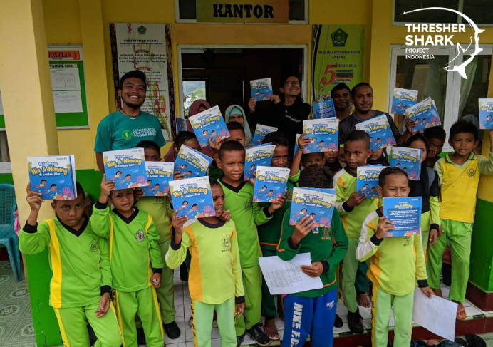Rafid introduces marine habitats to children in Alor through Nia and Nimang's book